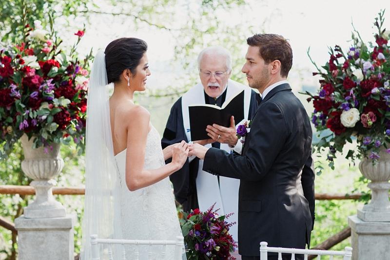 scambio anelli durante cerimonia all'aria aperta in toscana